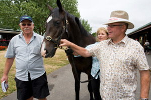 John Wheeler (right) at the yearling sales with owner Eddie Burke and groom Feanne Dunlop has been recognised for his services to racing. Photo / Mike Dillon