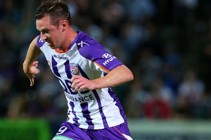 Perth Glory striker Shane Smeltz has recovered sufficiently from the kick to the face he suffered on international duty to declare himself fully fit for the A-League playoffs. Photo / Getty Images.
