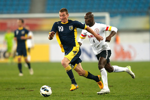 Mitchell Duke (L) of the Mariners challenges Jonas Salley of Guizhou Renhe. Photo / Getty Images