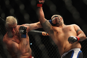 Chris Tuchscherer of the United States (l) is punched by Mark Hunt. Photo / Getty Images
