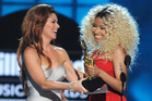 Shania Twain presents Nicki Minaj with the top rap artist prize at the Billboard Music Awards. Photo/AP