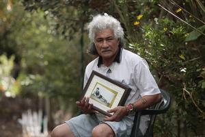 Iao Ali'imatafitafi with the ashes of his son, Michael. Photo / Chris Loufte