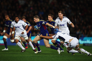 The Highlanders' Colin Slade cuts through the Blues' defence. Photo / Getty Images