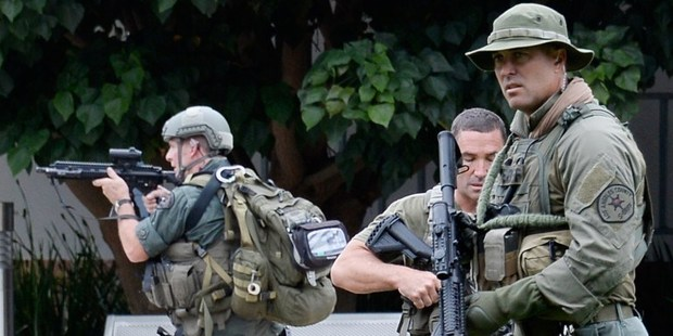 Los Angeles County SWAT team members search the grounds of Santa Monica College. Photo / AFP