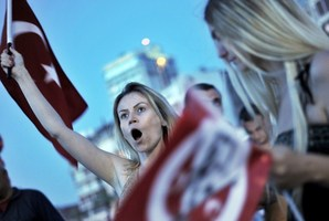Anti-goverment protesters chant slogans during a demonstration at Gundogdu square in Izmir, Turkey. Photo / AFP
