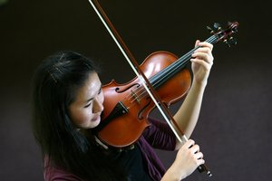 Violinist Jenny Chen with her stolen instrument in 2007. File photo / Sylvie Whinray