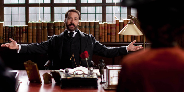 Jeremy Piven plays the title role of Harry Selfridge.