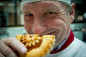 Judge Phil Pollett assesses a pie from the gourmet fruit section. Photo / Sarah Ivey