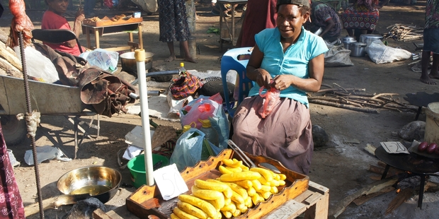 Madang market's vendors tout fruit and vegetables.