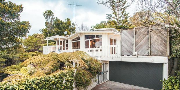 403 Beach Rd, Mairangi Bay opens at its $1.25m reserve and draws no further interest.