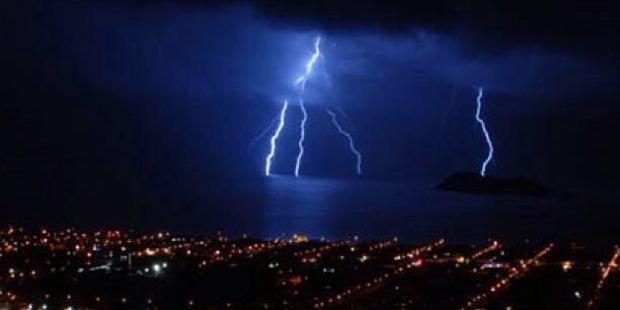 Fork lightning over Wellington. Photo / Twitter.com/charcarruthers