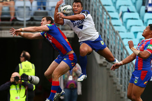 Sam Perrett of the Bulldogs takes a high ball to score during the NRL Elimination Final match between the Canterbury Bulldogs and the Newcastle Knights. Photo / Getty Images.