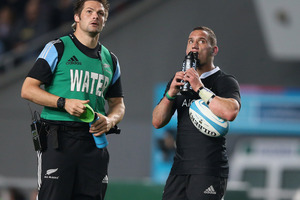 Injured captain Richie McCaw acts as water boy for Aaron Cruden during last weekend's match. Photo / Getty Images