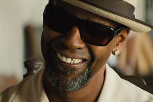 Denzel Washington breaks from his stern stereotypical role type in 2 Guns - and cracks a few smiles.