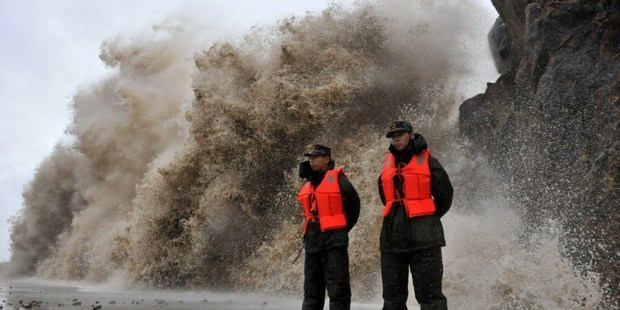 Loading A huge wave hits the dike as Typhoon Fitow moves to make its landfall in Wenling, east China's Zhejiang province on October 6, 2013. Photo / AFP