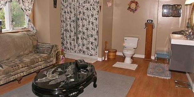 It always seems a shame to leave your guests on their own while you go to the toilet. (Source: Terriblerealestateagentphotos.com)