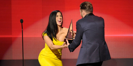 Sarah Silverman presents the award for favorite album - soul/R&B to Justin Timberlake for'The 20/20 Experience' at the American Music Awards. Photo / AP