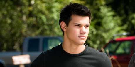 Taylor Swift apologised to actor ex, Taylor Lautner in 'Back to December'.