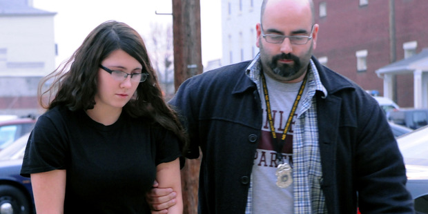 Miranda Barbour is led into District Judge Ben Apfelbaum's office in Pennsylvania by policeman Travis Bremigen. Photo / AP