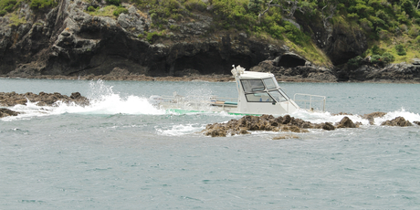 This boat ran aground at Tapeka Pt after striking rocks on Saturday. Photo/Stephen Western.
