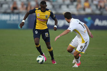 Bernie Ibini of the Mariners contests the ball with Ian Hogg of the Phoenix.  Photo / Getty Images 