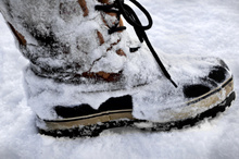 Snow boots with retractable spik