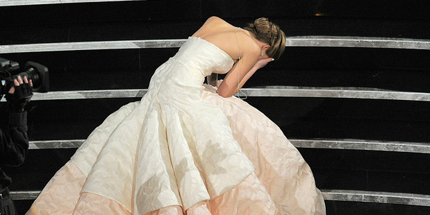 Jennifer Lawrence falls at the Oscars. Photo/AP