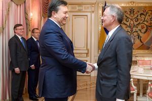 Ukraine's ousted president Viktor Yanukovych, left, greeting United Nations Special Coordinator Robert Serry in January. Mr Serry was briefly held by gunmen overnight. Photo / AP