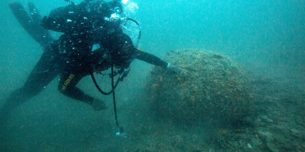 The RNZN Dive team dive on a mine discovered during WPNS MCMEX. Photo / NZDF