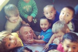 Trevor Mallard gets a 'facial' from kohanga reo children.