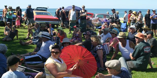 Sony Beach Hop Whangamata 2014: Part of the crowd relaxing in the sunshine at beautiful Onemana listening to the fantastic music of Recliner Rockers.