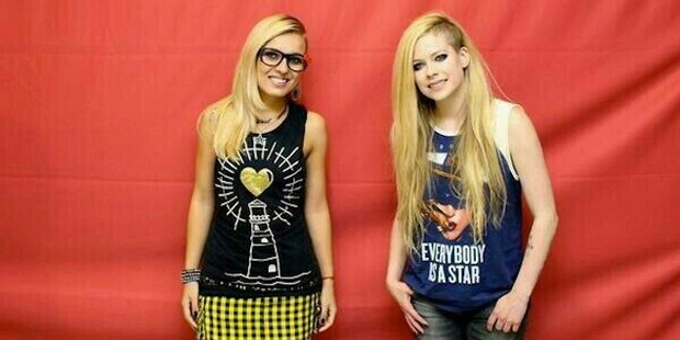 Avril Lavigne and fan. Photo/Imgur.