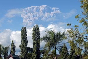Indonesia's Mt Sangeang Api disrupted flights as far south as Darwin. Photo / EPA
