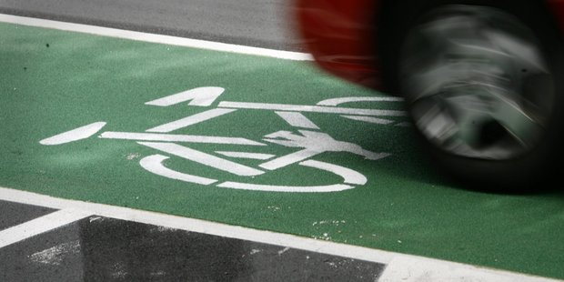 Cycle lane on Lake Rd between Takapuna and Devonport. Photo / APN