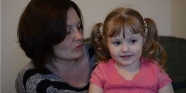 Four-year-old Jessica Knight and her mother, Kelly. Photo / YouTube, SWNS