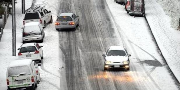 Cars struggle for traction on the ice in Wakari Rd. Photo / Gerard O'Brien, ODT