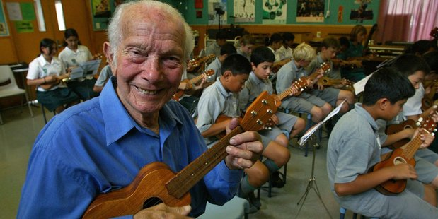 Bill Sevesi teaching kids the ukulele in 2004 (NZ Herald)
