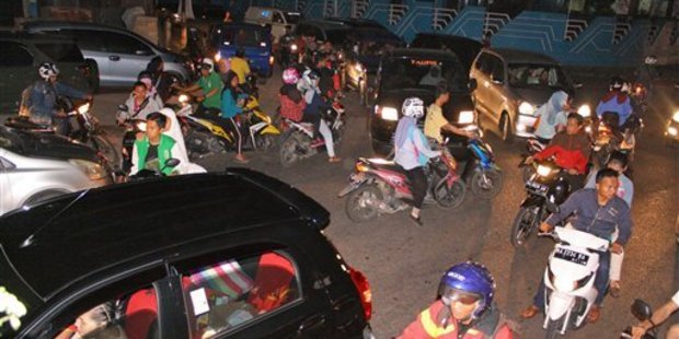 Chaotic traffic is seen on a street following a strong earthquake in Padang, West Sumatra, Indonesia, Wednesday, March 2, 2016. Photo / AP