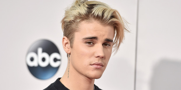 Justin Bieber has settled a case taken by a photographer who alleged the singer assaulted him in 2012, out of court.
