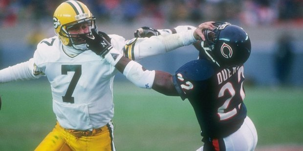 Don Majkowski of the Green Bay Packers (left) attempts to evade Chicago Bears defensive back Dave Duerson. Photo / Getty Images