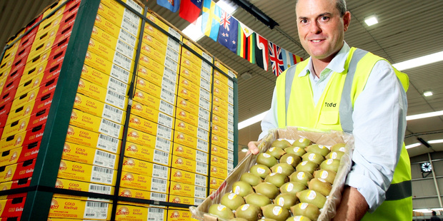 Todd Muller with some kiwifruit. Photo/File