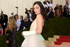 Lorde attends Manus x Machina: Fashion In An Age Of Technology Costume Institute Gala at Metropolitan Museum of Art, showcasing what appears to be a broken arm. Photo/Getty