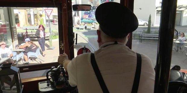 """Klingeling! Endlich fährt die historische Straßenbahn wieder durch das Stadtzentrum von Christchurch. Wir schauen dem """"Lokführer"""" über die Schulter.  http://www.nzherald.co.nz/national/news/video.cfm?c_id=1503075&gal_cid=1501138&gallery_id=160334"""