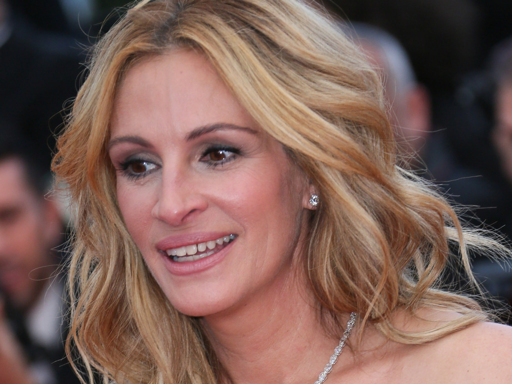 Julia Roberts defiantly goes barefoot on Cannes red carpet - Entertainment - NZ Herald News