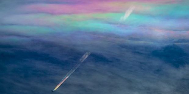 Amazing rainbow contrails Photo: Twitter / @KAGAYA_11949