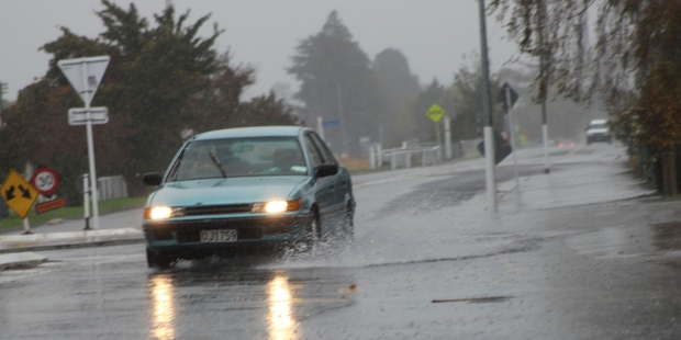 Surface flooding at the Victoria Avenue/Queen St roundabout last week as the warm, sunny autumn gave way to the rain and lower temperatures. Photo / Christine McKay