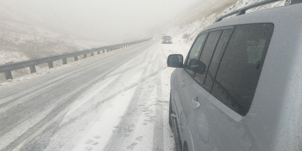 Vehicles stuck on the Crown Range. Photo from Damon Forde / Live24NZ