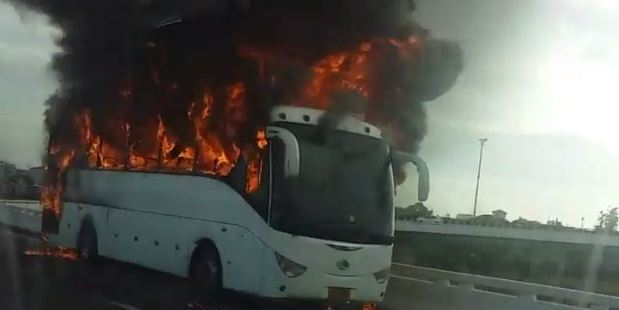 A passenger in another vehicle captured the dramatic footage of the burning bus. Photo / Twitter, @air_reservoir