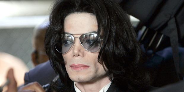 Michael Jackson prepares to enter the Santa Barbara County Superior Court to hear the verdict read in his child molestation case June 13, 2005. Photo / Getty