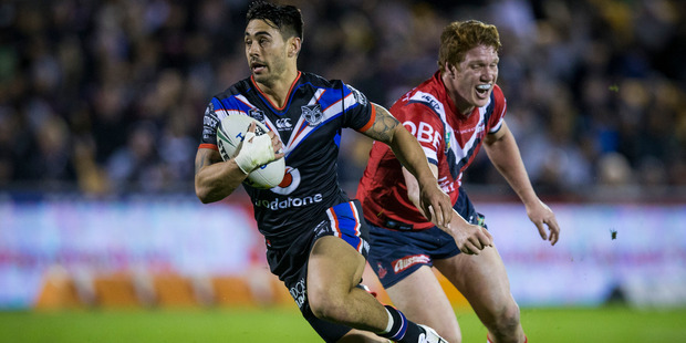 Warriors halfback Shaun Johnson slips Dylan Napa of the Roosters on his way to the tryline. Photo/NZ Herald.